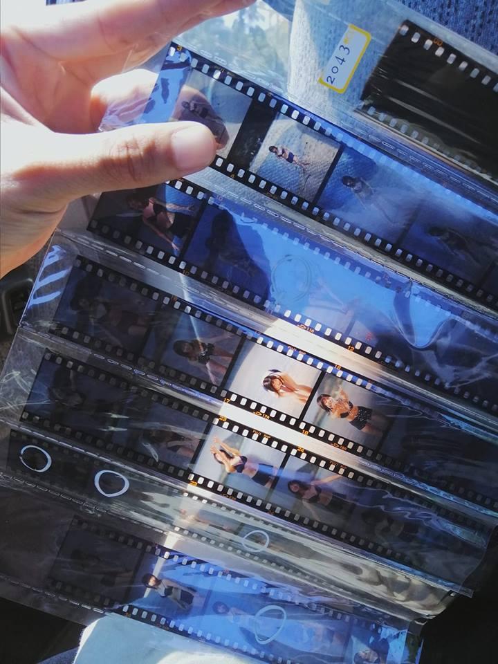 他花5元買二手底片 沖洗後驚見20張「寫真女偶像」的火辣照片…網:太幸運了!
