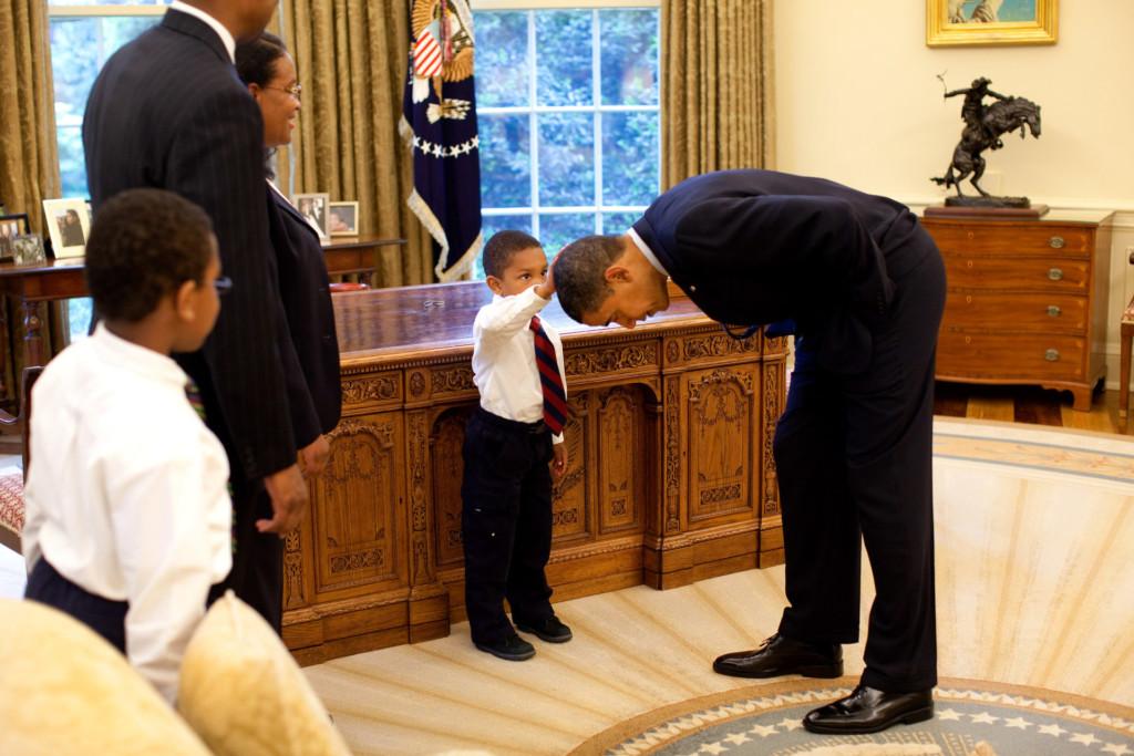 歐巴馬彎腰「讓小孩摸總統頭」經典照背後真相公開 網讚:這才叫接地氣!