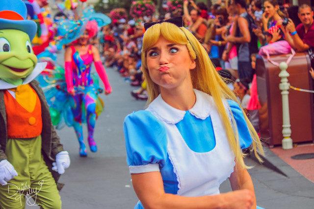 10個演迪士尼公主的員工「不想讓你知道的秘密」 聽到她們說「Code V」要注意四周!