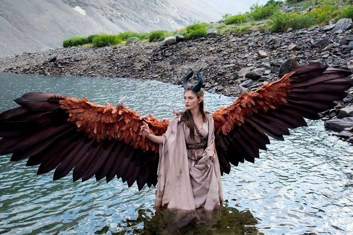 影/正妹Cosplayer手作出「隨她意欲來動」的翅膀 超霸氣影片網瘋傳:比電影更帶感!