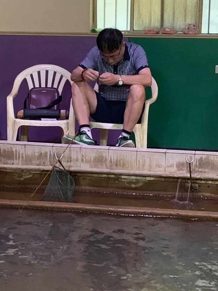 他去釣蝦場拍到柯P「不耐煩裝餌」照 網看透「超專注表情」爆笑:他壓力太大