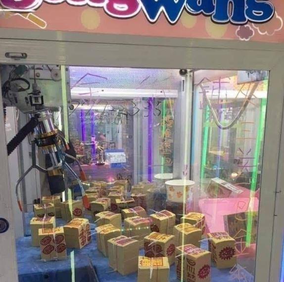 網分享台灣各種「超獵奇娃娃機商品」 機台驚現「正妹下半身」驚呼:想夾回家!