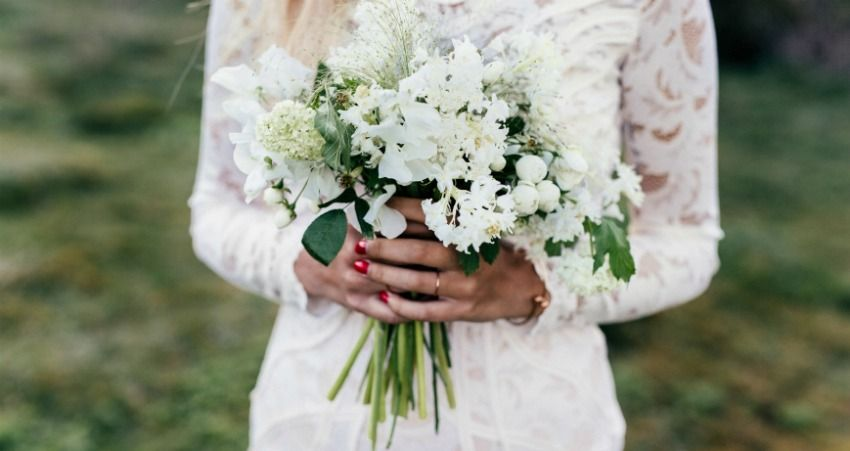 準新娘秀「超級細」訂婚戒分享幸福 卻被網友狠酸:用天文放大鏡都找不到!