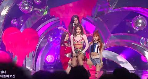 BLACKPINK演唱會「Jennie超反常動作」把成員全嚇壞 看歌詞秒懂她的巧思!