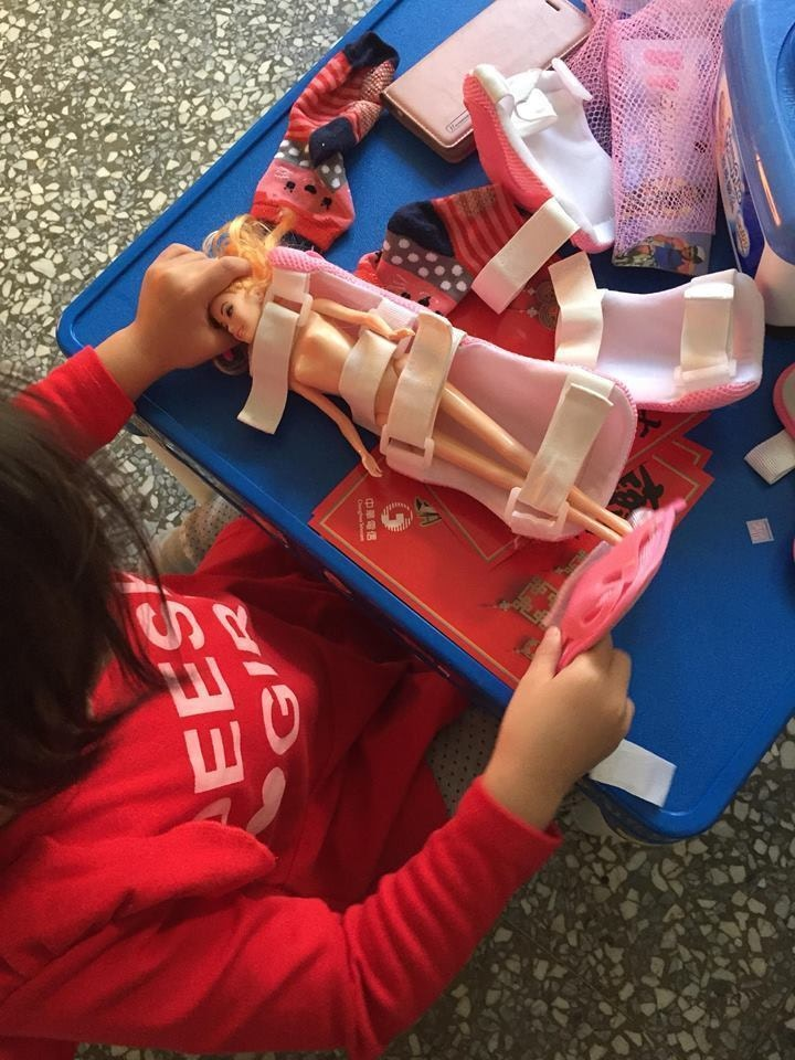 他抱怨小孩總是「把玩具扒光」 網友卻警告:「拿剪刀」才叫可怕!