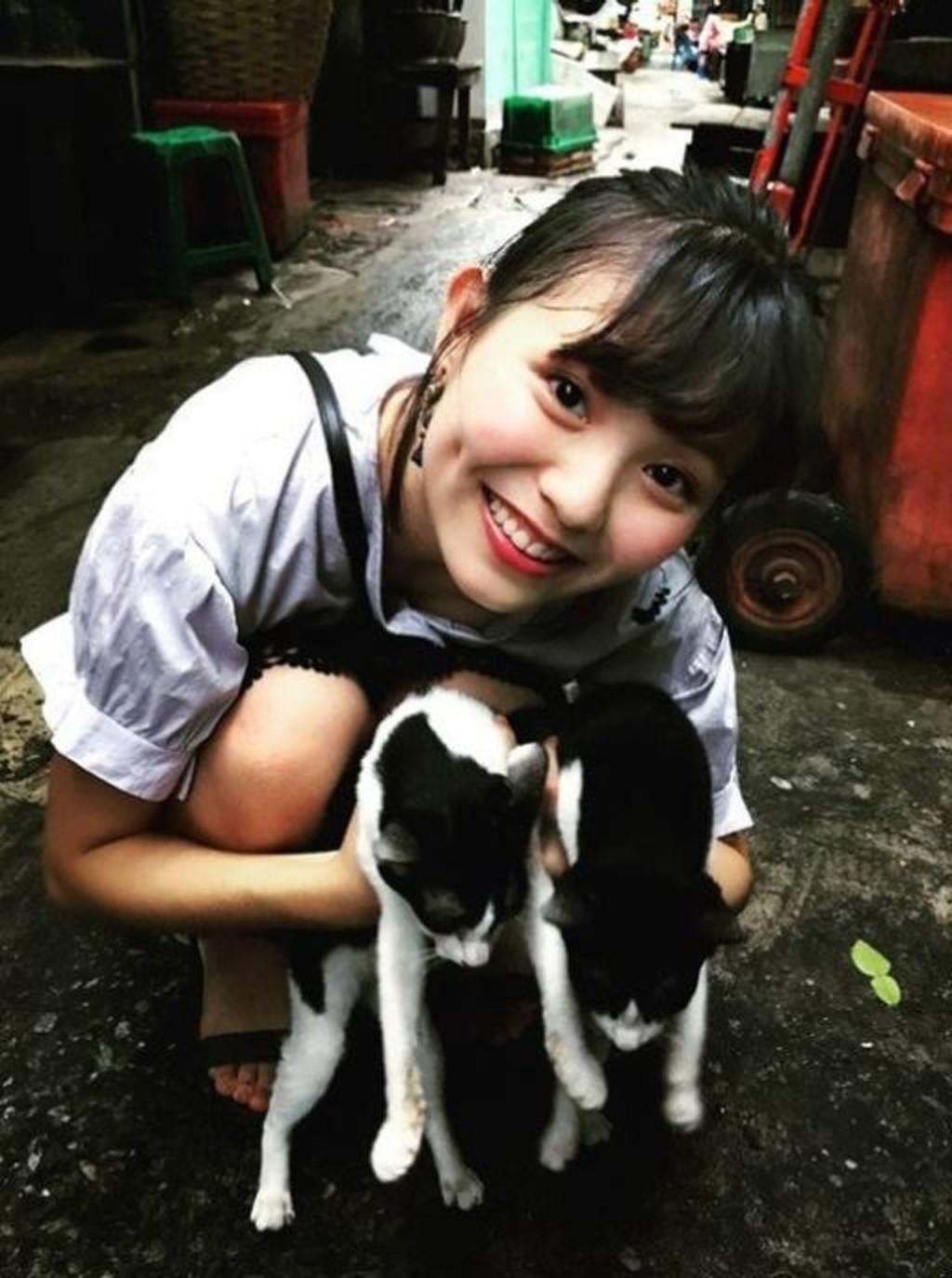 萌妹因為「跟貓咪拍照」在泰國大爆紅 網起底「真實身分」超驚喜:是台妹!