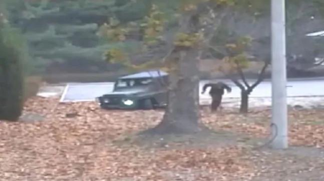 當年北韓「跨越38度線逃兵」終於康復!他上節目曝光殘酷真相:至少有4個槍手