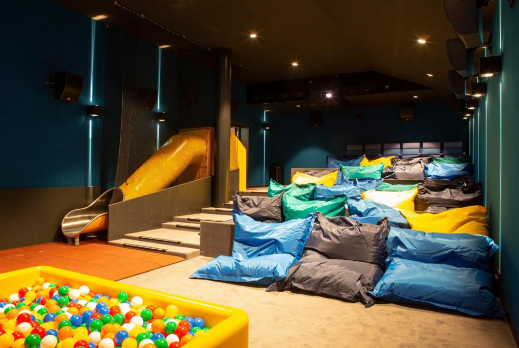 電影院把椅子全撤改放「11張雙人床」 超高級「床邊服務」網友讚:躺著看超爽!