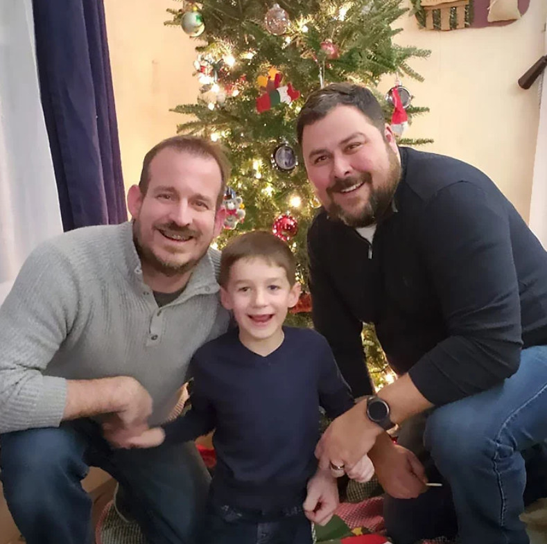 無家男孩意外獲得「2位爸爸」 網看到他「臉上的笑容」淚推:你們要幸福!