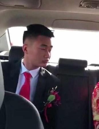 氣質新娘上禮車「秒霸氣撩裙」 新郎「發現真面目」的表情超無奈!