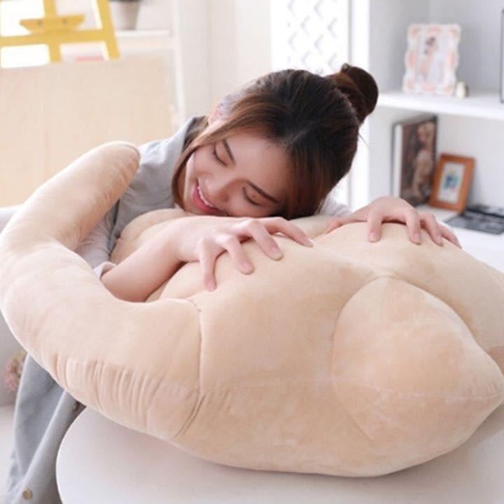 韓國推出「歐爸抱著妳睡」人形肌肉抱枕 超俗價「把猛男買回家」網友超嗨!