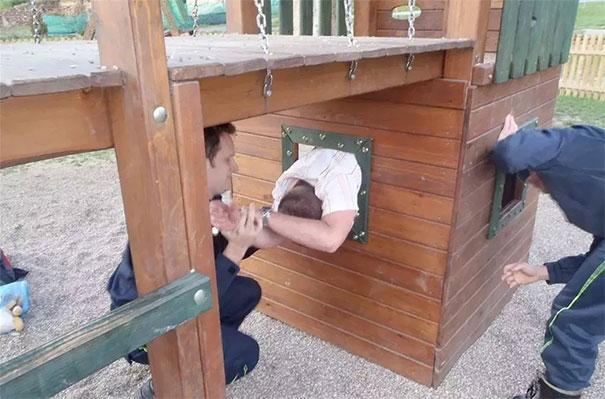 20個在遊樂場發現的「超幼稚成年屁孩」 他「卡在鞦韆上」才發現童年已結束QQ