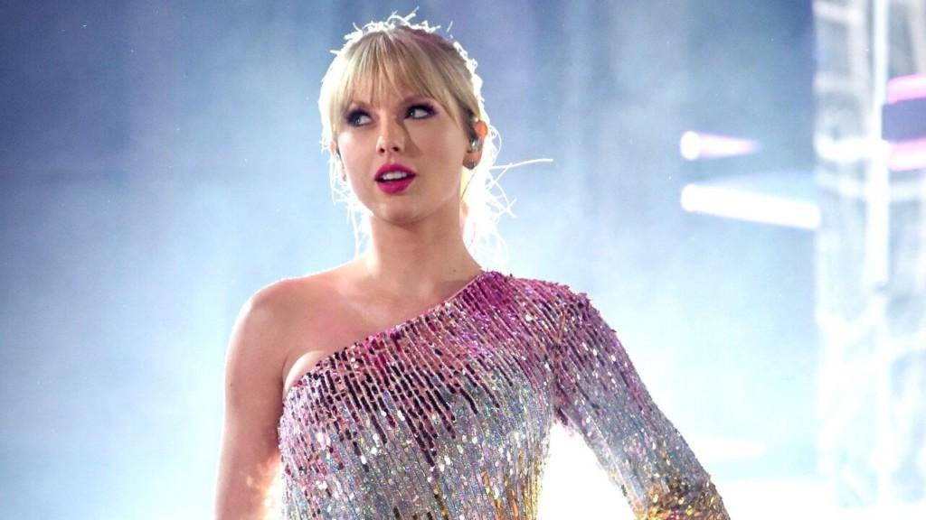 泰勒絲上節目被「長輩式問句」罕見激怒 她的「超帥回應」嗆到主持人尷尬!