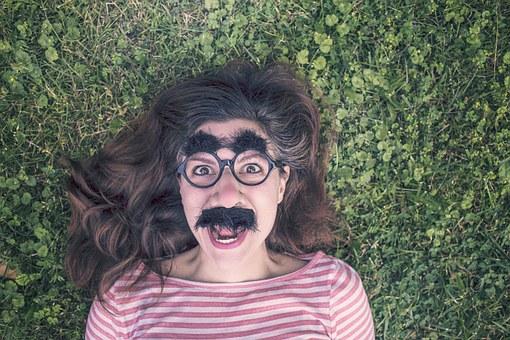 網分享「戴眼鏡長大」才有的煩惱 「穿錯衣服」整天都後悔!