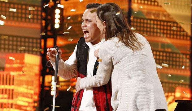 全盲天才唱出「拯救人生的歌聲」讓選秀現場哭翻 直接「保送決賽」連毒舌評審也狂讚!