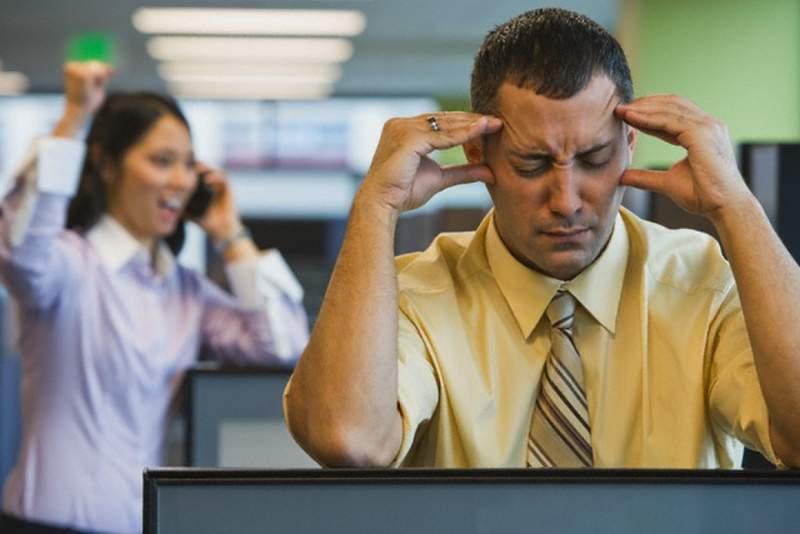 網調查「辦公室最討厭的」15種惱人干擾 硬要玩「團康遊戲」不是最尷尬的!