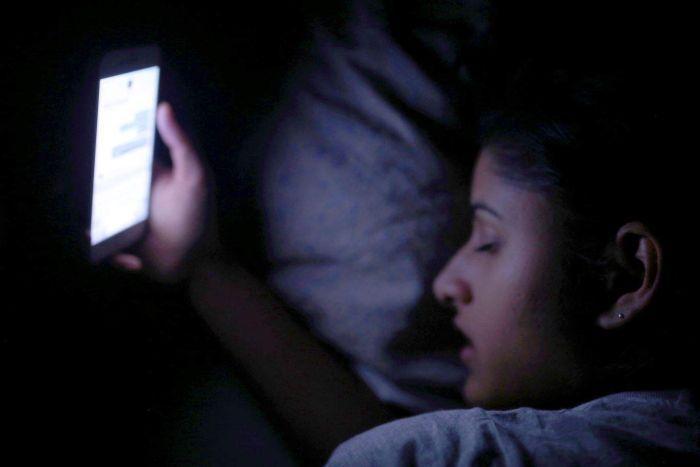 專家揭露「側躺滑手機」的3大嚴重影響 網看完震驚:難怪早上醒來世界都是糊的!