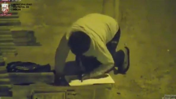11歲男孩「用街燈的光」寫作業 富豪心疼決定「幫忙整修房子」…背後原因惹哭全網!