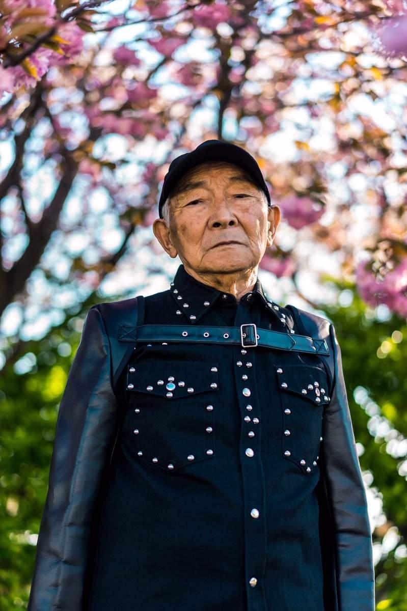 日本「超潮」84歲鄉下爺爺爆紅!跟帥哥孫子「互穿潮服」拍照 奶奶也亂入太萌啦