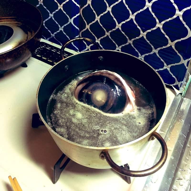 他買「巨大鮪魚眼珠」回家煮火鍋 超衝擊「被塞滿畫面」嚇壞網友:還在瞪人