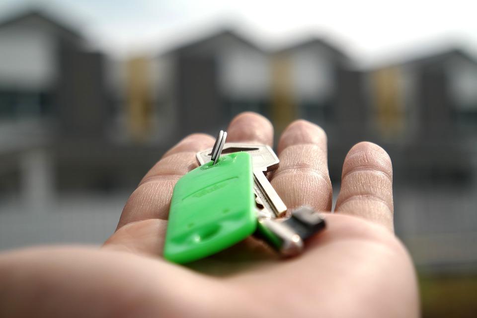 窮夫婦因不滿房況「拖欠租金」 房東怒拆「大門+窗戶」反被罰9萬!