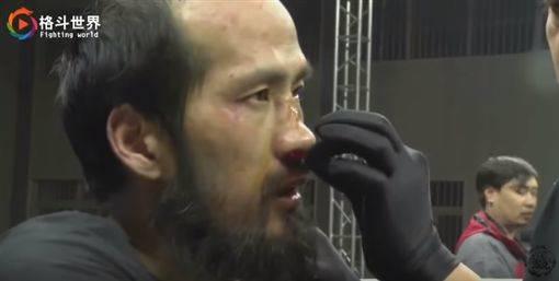 格鬥狂人點名「葉問徒孫」上擂台 他想點穴卻連「身體都碰不到」只撐47秒就逃跑