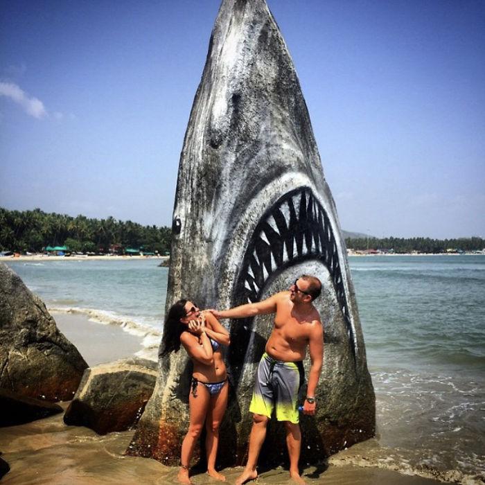 他用「海灘的石頭」致敬《大白鯊》經典海報 超寫實「致命感」把泳客嚇到破膽