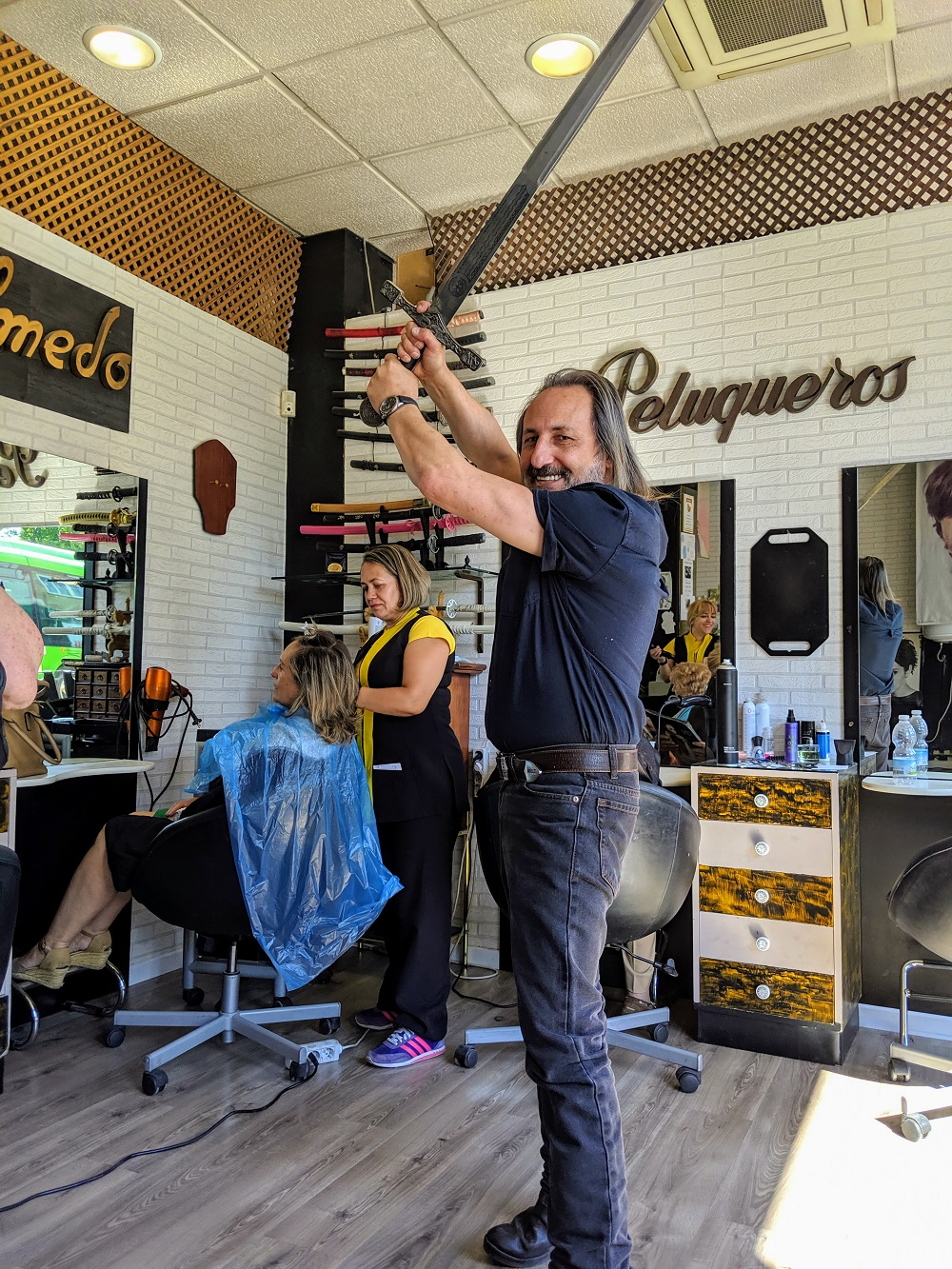 超酷理髮師用「武士雙刀」剪髮大爆紅 技術進化變成「金鋼狼」讓顧客又愛又怕!