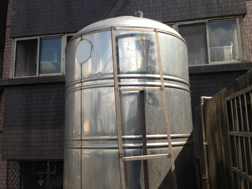 住戶發現「水味道怪怪的」調監視器大崩潰 惡鄰在水塔「大小便1年」怒嗆:我算不錯了!