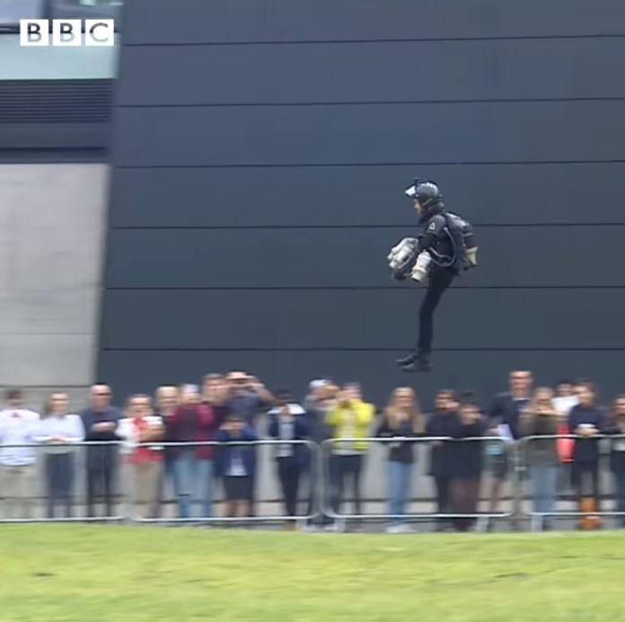 影/大學生發明出「鋼鐵人裝」真的可以飛起來 改良後「超高時速」比開車還要猛!