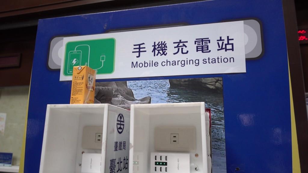 車站出現「能減肥的」手機充電站 低頭族坐一排「拼命盪救手機」畫面超爆笑!
