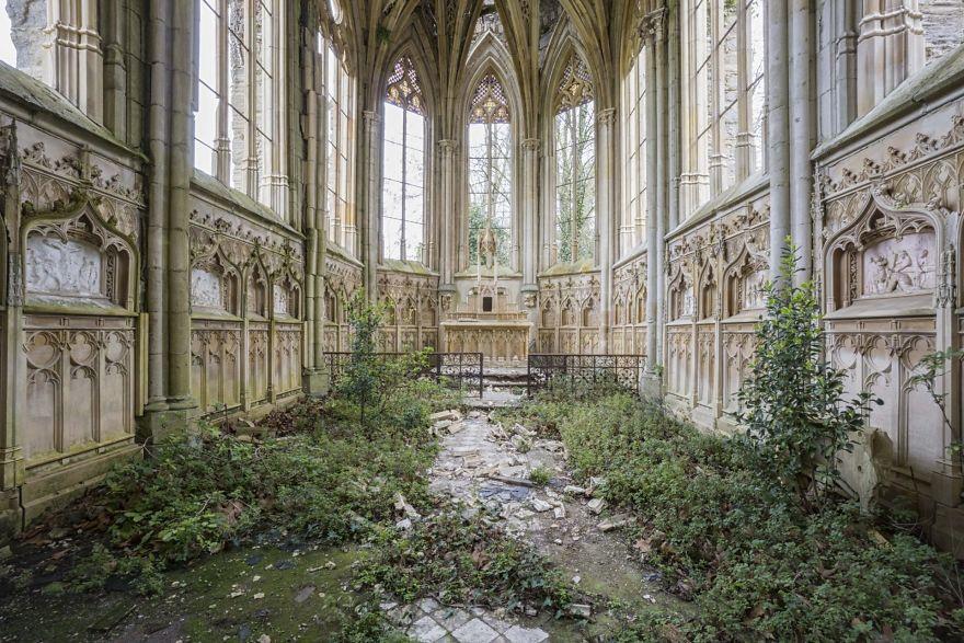 他花10年找到「被大自然收回去」的遺棄建築 穿上綠衣的教堂太美!