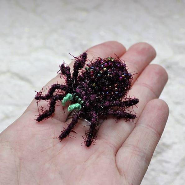 神人用鉤針織出「超逼真昆蟲世界」 蚊子開飯中看的到肚裡「紅色液體」!