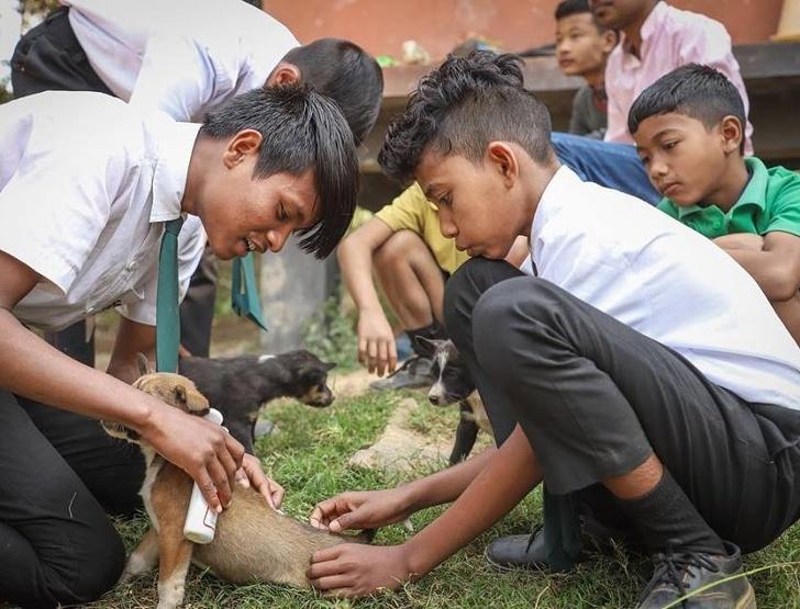 印度學校推「用垃圾抵學費」環保政策 學生每週交「25個塑膠」就能免費上課!