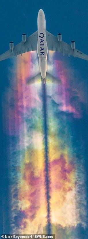 攝影師意外拍到「獨角獸存在」的神奇照 飛機越過天空竟留下「一整片彩虹」