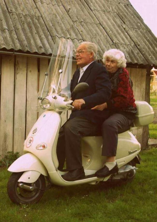 28個證明「越老會越愛對方」的浪漫時刻 他老了還是忍不住「摸一把」!