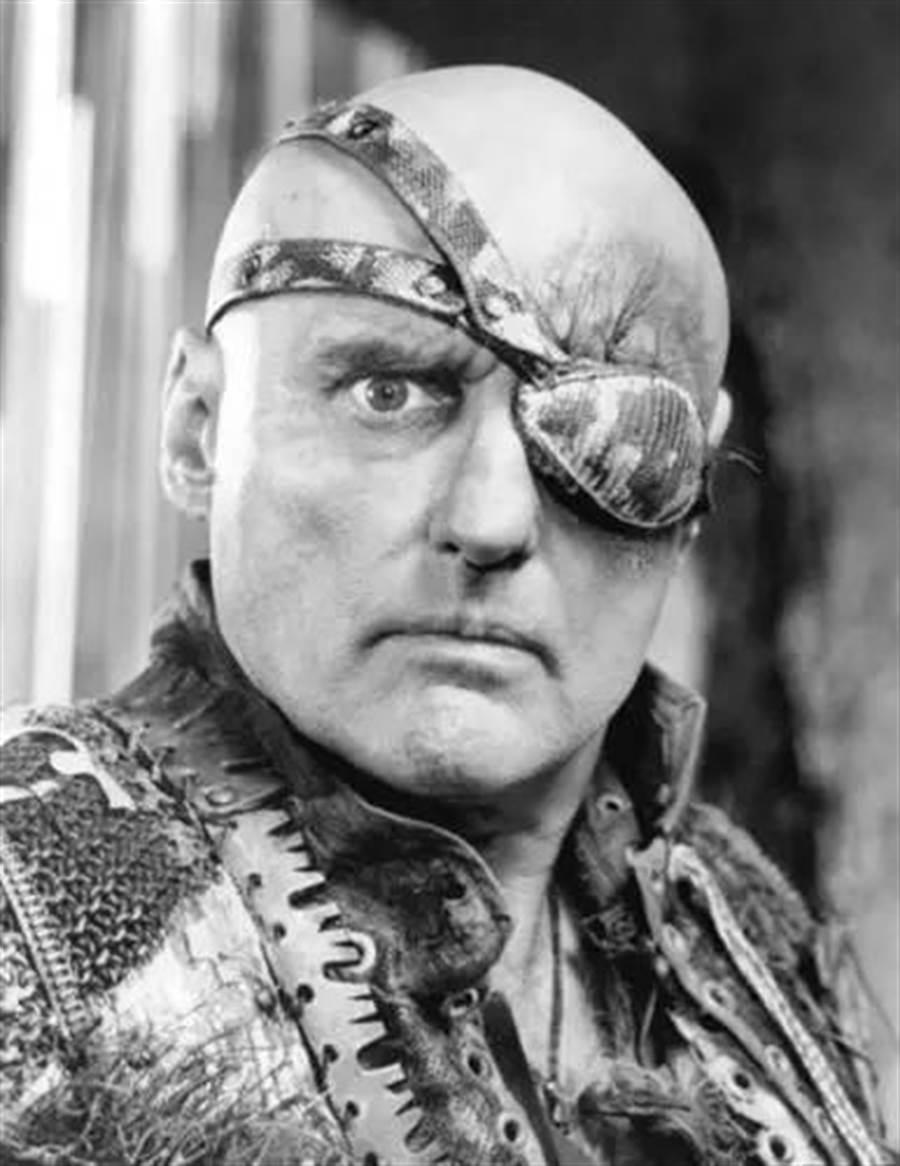 「海盜戴眼罩」根本不是因為瞎了!背後原因超有科學根據:可以救你一命