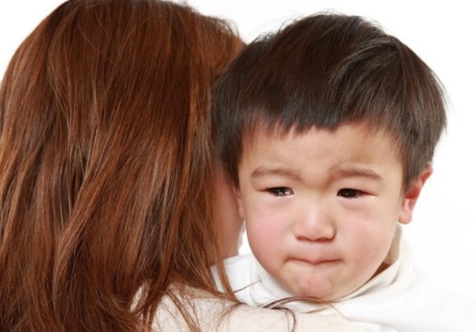 小孩「瘋狂哭鬧」爸媽應該要怎麼做?5步驟「比直接罵好超多」來導正小朋友的行為!