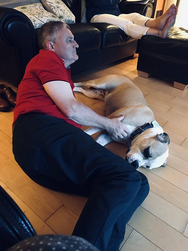 25位說千萬不准養「卻把寵物當情人」的嘴硬老爸 他甘願「躺地板」也要陪愛犬睡覺!