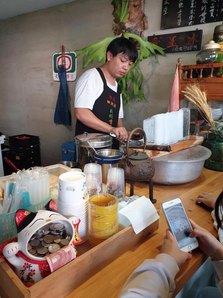 台南「浮誇系愛玉冰店」用料太狂 「整顆水蜜桃」直接把碗塞爆!