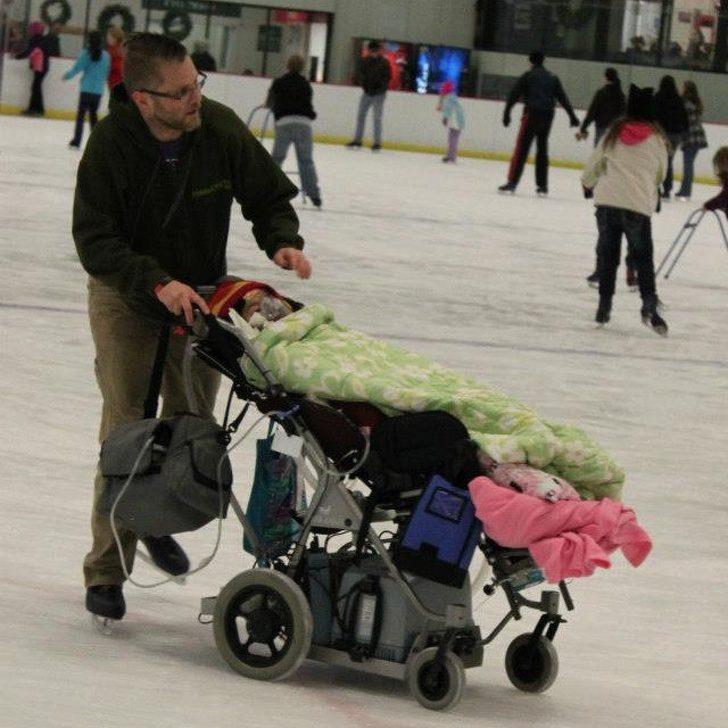 26張證明「最強老爸就在身邊」的溫暖親子照 讓孩子「自願按摩」只要一件衣服!