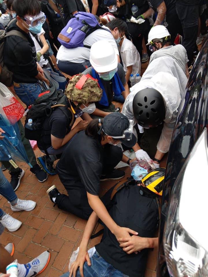 影/警方開第一槍!過萬港人罷工挺「反送中」 抗爭者被擊中...網友淚崩:一定要安全