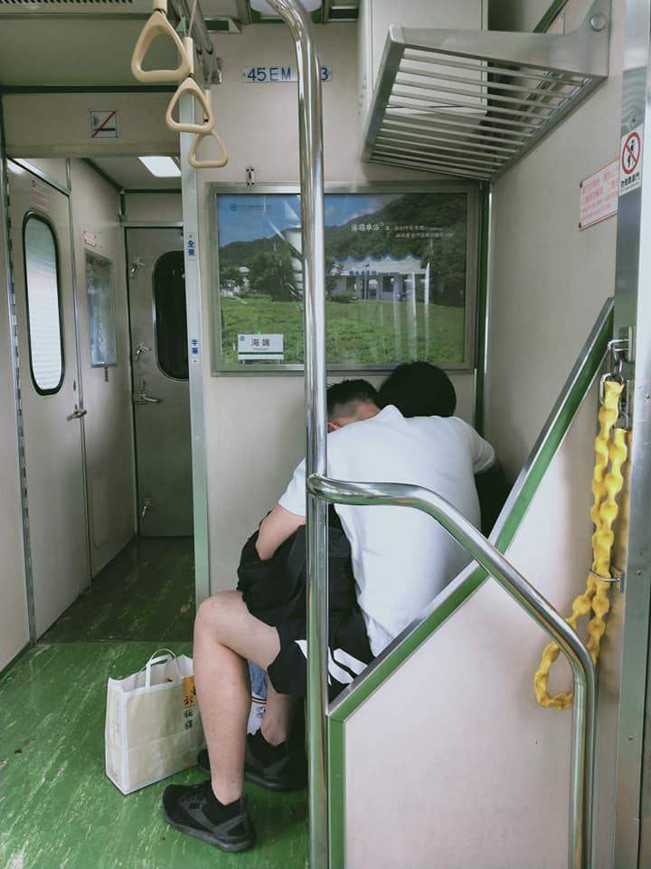 搭火車驚見情侶「忘情摸舔」還叫出聲 下車後椅子「濕一片」她傻眼到大罵!