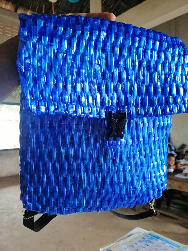 沒錢買書包...暖爸低成本DIY「編織書包」給兒子!