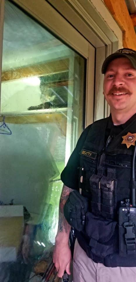 影/3歲天真熊「誤闖民宅」下秒被反鎖屋內 警察打開門卻發現牠竟然「爽到睡著」!