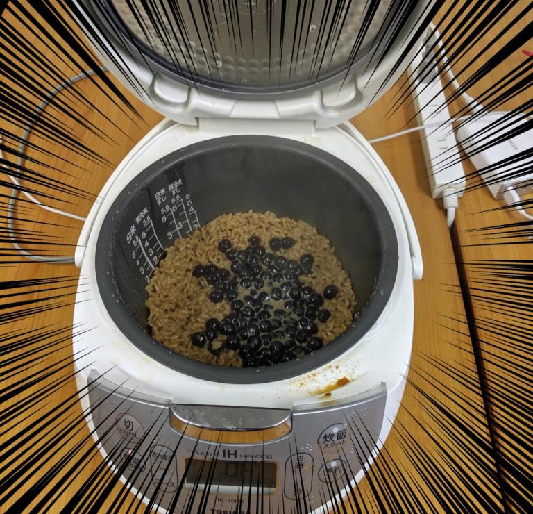 狂人把珍奶「倒進電鍋」配飯煮 網看到「超獵奇成品」嚇壞…他:口感太完美❤
