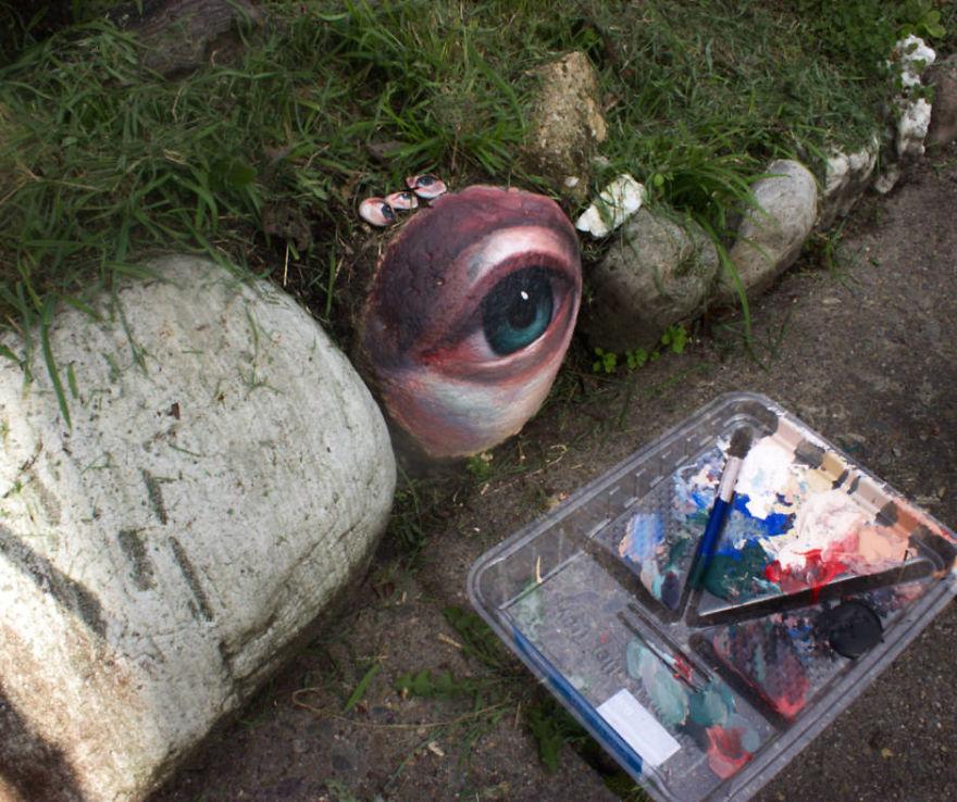 小鎮出現「石頭長出眼睛」的詭異畫面 「草叢裡的凝望」讓人頭皮發毛!