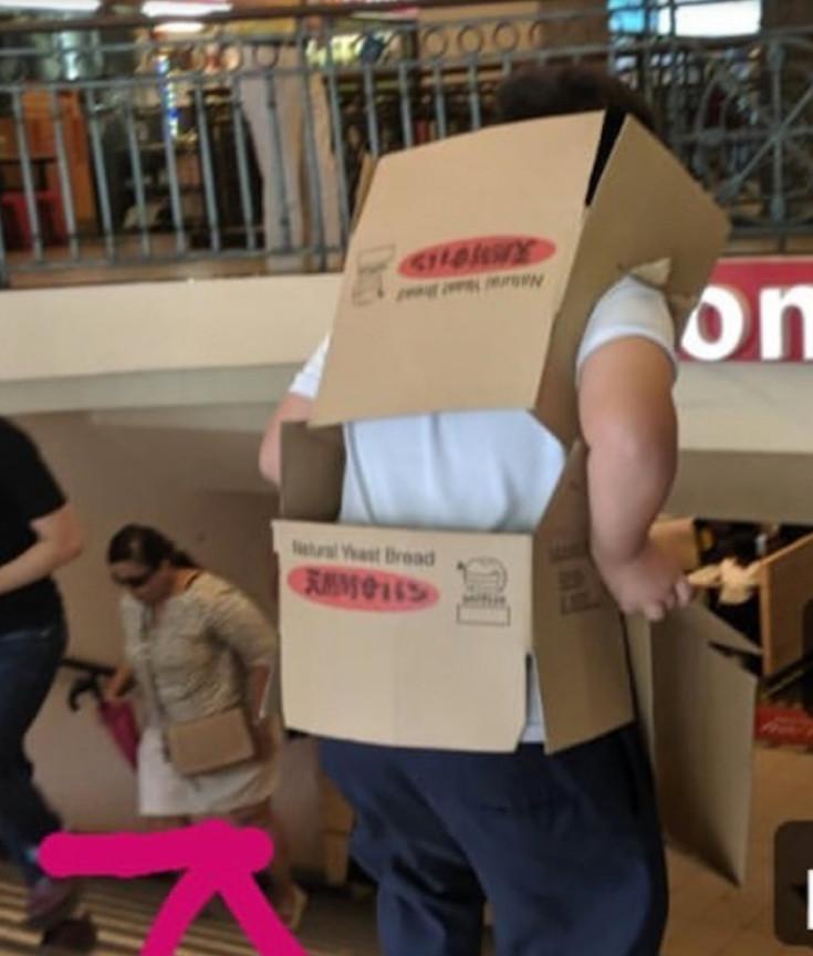 男學生為了「進網咖打遊戲」 機智用「紙箱變裝」掩飾校服…網:笑到快岔氣!