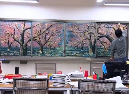 小學老師「用粉筆開天拓地」在網上瘋傳 超神「黑板畫」26萬網友讚翻:他被耽誤了!