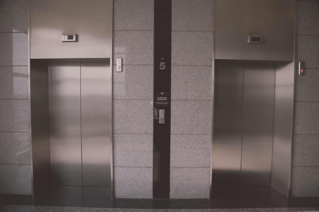 外送妹接醫院訂單 進電梯「按13樓」卻到B3…轉頭看「背後阿伯」嚇壞:馬上用跑的!